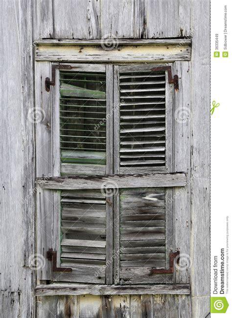vieux volets en bois volets de fen 234 tre sur la vieille chambre en bois superficielle par les agents images libres de