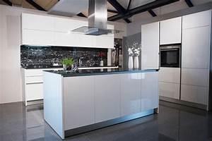 Weiße Arbeitsplatte Küche : elegante wei e k che mit marmorierter glas arbeitsplatte ~ Sanjose-hotels-ca.com Haus und Dekorationen