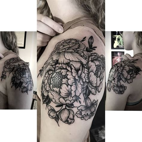 foto de Beautiful Floral shoulder cap tattoo done in the stipple