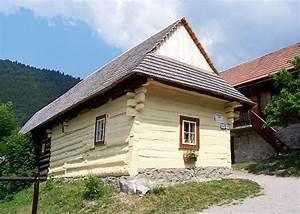 photo vlkolinec maison en bois peinte en jaune With maison en bois peinte