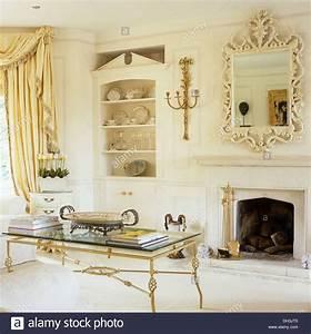 Couchtisch Gold Glas : mirrors drapes soft furnishings stockfotos mirrors drapes soft furnishings bilder alamy ~ Whattoseeinmadrid.com Haus und Dekorationen