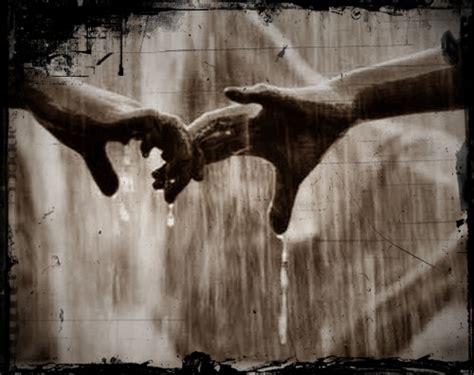 Resultado de imagen de mujer caminando en la lluvia