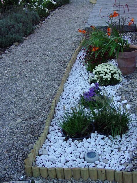 decorare giardino aiuole con sassi colorati