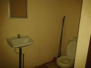 En el mismo baño tienen la escoba y el trapo para limpiar ...