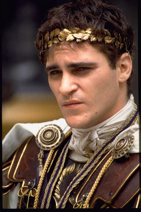 La gloria rende gli eroi immortali. Joaquin Phoenix, le foto più belle di un attore fuori dagli schemi   Film il gladiatore, Joaquin ...