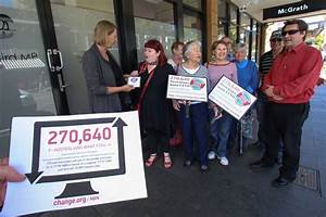 Illawarra residents deliver NBN petition | Illawarra Mercury