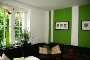 wohnzimmer mit streifen schwarz wei grau wandgestaltung farbe angenehm on moderne deko ideen in unternehmen mit comwandgestaltung