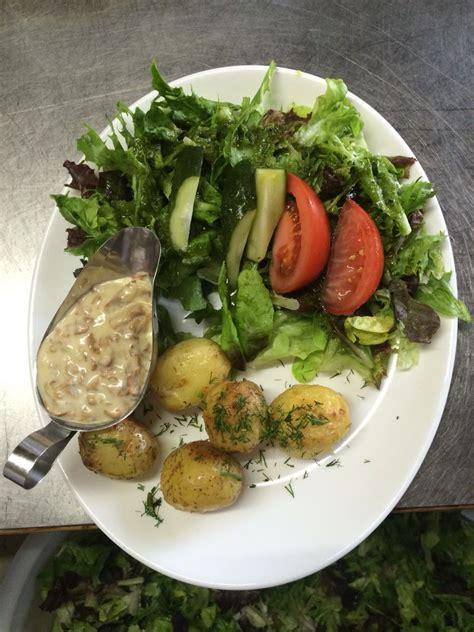 Jaunie kartupeļi gaileņu mērcē:) | Cobb salad, Food, Salad