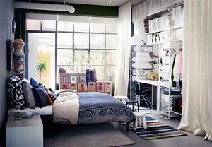 Schreibtisch Im Schlafzimmer : modernes schlafzimmer mit kleideraufbewahrung schreibtisch stuhl und einem gro en bett an ~ Frokenaadalensverden.com Haus und Dekorationen