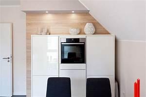 Weiße Arbeitsplatte Küche : wei e k che mit holzr ckwand lechner arbeitsplatte und bora kochfeld neff ger ten k chenhaus ~ Sanjose-hotels-ca.com Haus und Dekorationen