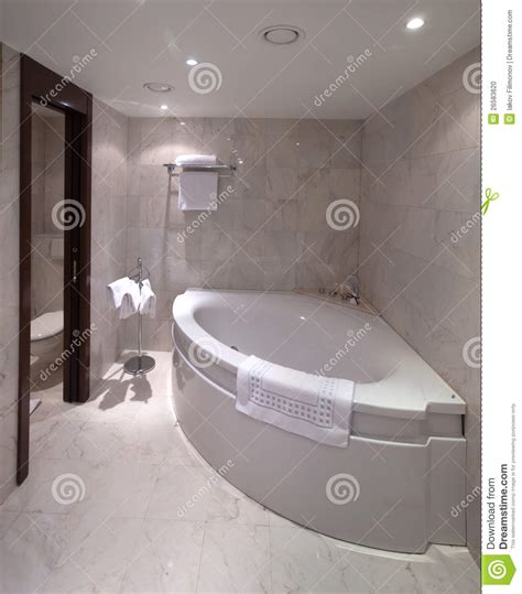 baignoire de coin salle de bains avec la baignoire faisante le coin photo