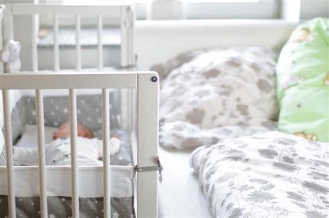 Babybett Im Elternschlafzimmer by Der Erste Schlafplatz F 252 R S Baby Im World