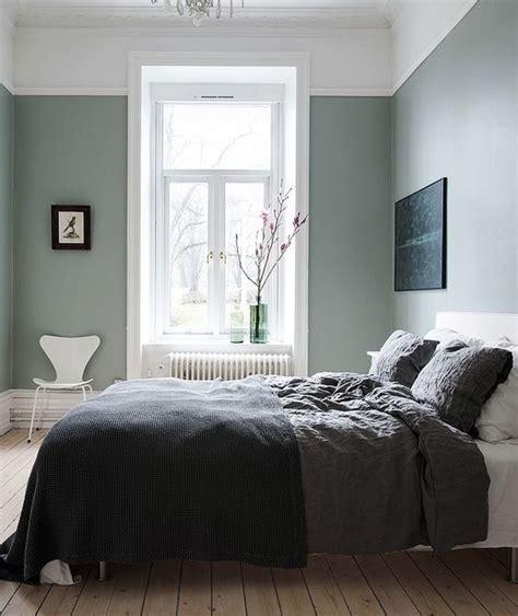 blue gray comforter sovrumsinspiration i en rogivande grön färgskala simplicity