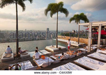 bad entlüftung über dach singapur marina bay swimmingpool auf dem dach des marina bay sands luxuary hotel er 246 ffnete im
