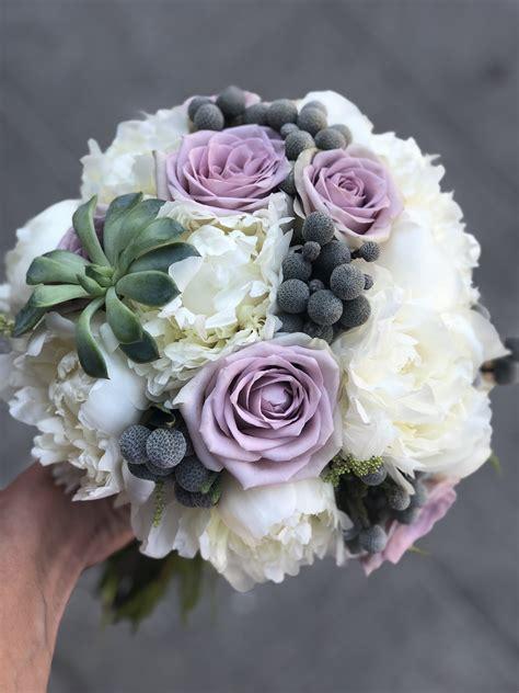 Klasiskais pušķis ar baltām peonijām, ceriņu krāsa roze un ...