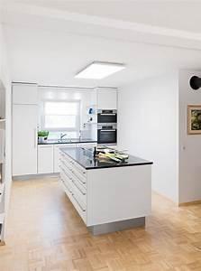 Küche Mit Kochinsel Günstig : moderne wei e k che mit edelstahlgriffen kochinsel mit ~ Watch28wear.com Haus und Dekorationen