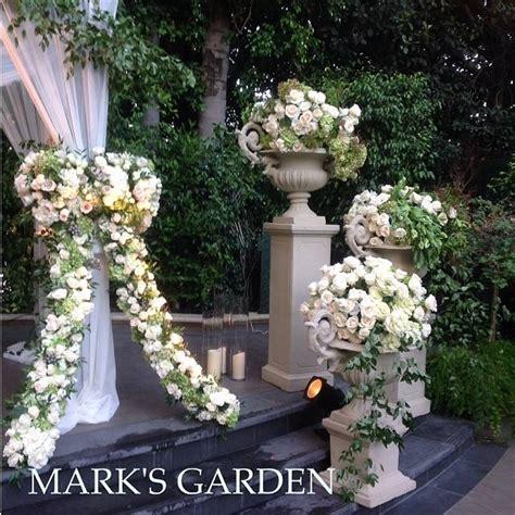 kim kardashian wall  roses wedding decor ideas