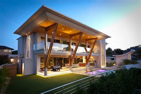 distinct cantilever balcony and roof reduce cooling costs