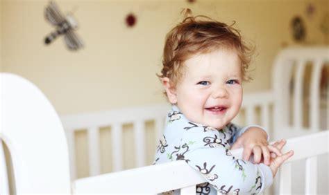 a quel age bébé dort dans sa chambre lit à barreaux jusqu à quel âge dans la chambre de bébé