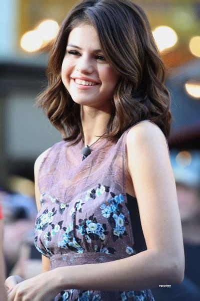 celebrity fashion world selena gomez haircut short