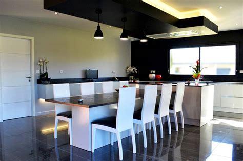 cuisine en t cuisine design avec îlot central et coin repas installé à