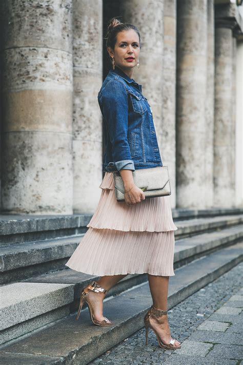 outfit tipps fuer hochzeitsgaeste besticktes top plisseerock