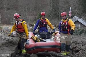 News Photo : Search and rescue workers look for survivors ...