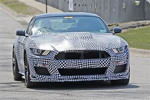 "Spyshots: New Ford Mustang Shelby GT500 Shows ""Old"" Headlights, Manual Confirmed - autoevolution"
