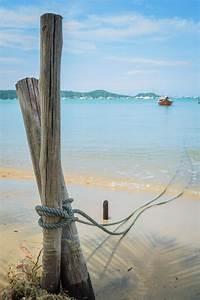 Une Corde De Bois : une corde d 39 un bateau est attachent avec l 39 enjeu en bois ~ Melissatoandfro.com Idées de Décoration