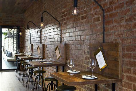 chaise de bureau en bois idées déco pour un bar au look industriel