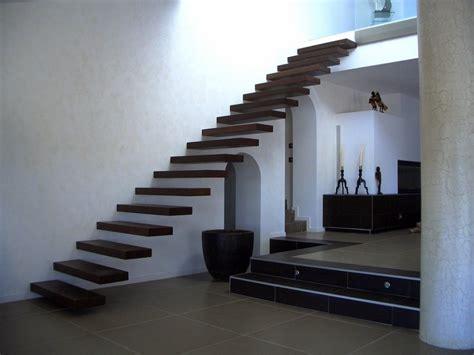 escalier suspendu ego marches seules dans le mur sans limon