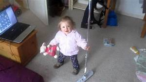 Baby Mit 1 Jahr : baby beim hausputz meine tochter 1 jahr alt youtube ~ Markanthonyermac.com Haus und Dekorationen