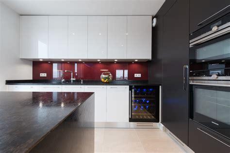 finition cuisine grande cuisine avec îlot ouverte sur salon finition bi tiente