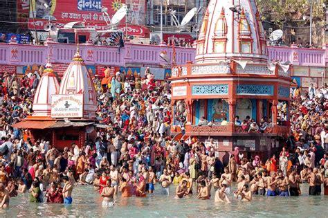 bagno gange le religioni nel mondo passaggio in india per la quot festa