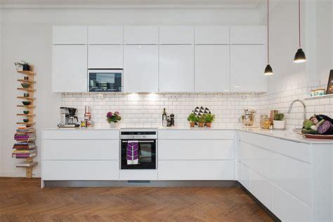 credence cuisine blanche carrelage m 233 tro blanc dans la cuisine et la salle de bains
