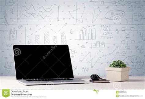 le bureau des affaires graphiques ordinateur portable sur le bureau avec des graphiques de