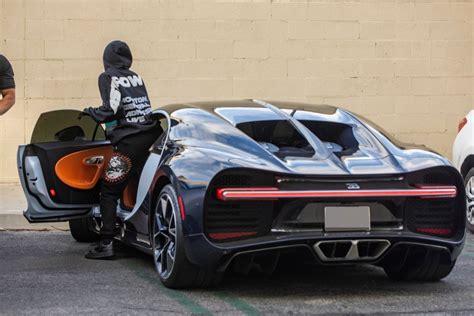 Po rozchodu se hvězda, která ovšem přišla k velkému balíku peněz vlastní pílí a umem, rozhodla pro bugatti chiron za tři miliony dolarů, tedy za v přepočtu 69 milionů korun. KYLIE JENNER Drive Her Bugatti Chiron in Calabasas 12/17/2019 - HawtCelebs
