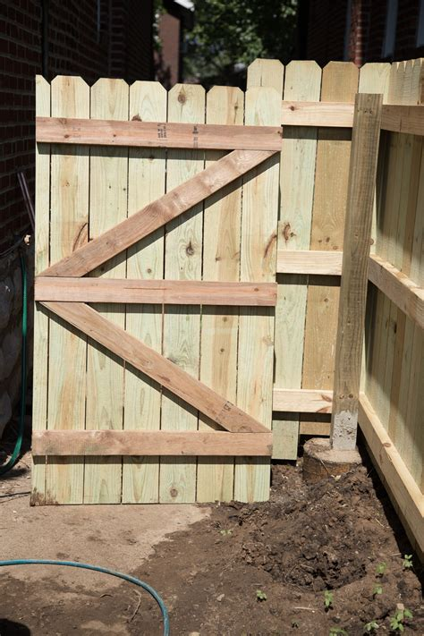 diy wood privacy fence  accent lighting hammer moxie
