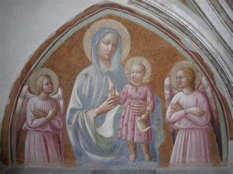 I vandali hanno probabilmente forzato una porta dell'edificio e hanno imbrattato pavimenti e banchi di vernice. La Madonna di Masolino da Panicale è tornata a nuova vita ...