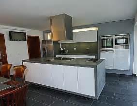 betonarbeitsplatte küche grifflose küche hochglanz weiß mit betonarbeitsplatte