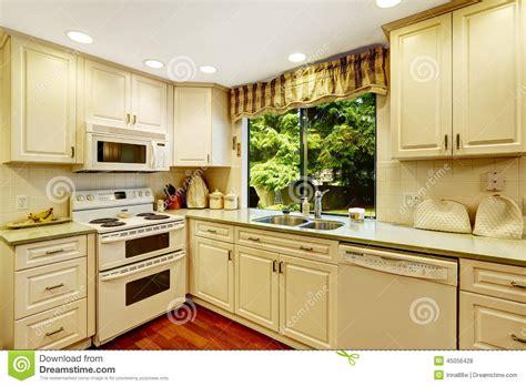 id cuisine simple intérieur simple de cuisine dans la vieille maison photo