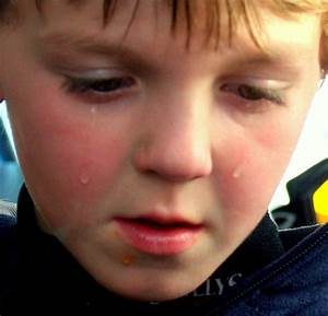File:A child sad that his hot dog fell on the ground.jpg ...