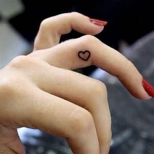 Tatouage Sur Doigt : exemple tatouage interieur du doigt femme coeur annulaire tatouage femme ~ Melissatoandfro.com Idées de Décoration