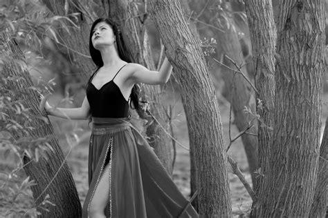 fotos gratis bosque persona en blanco  negro nina