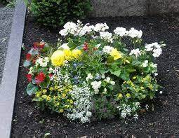 Balkonkästen Bepflanzen Beispiele : bildergebnis f r grabbepflanzung sommer beispiele ~ Lizthompson.info Haus und Dekorationen