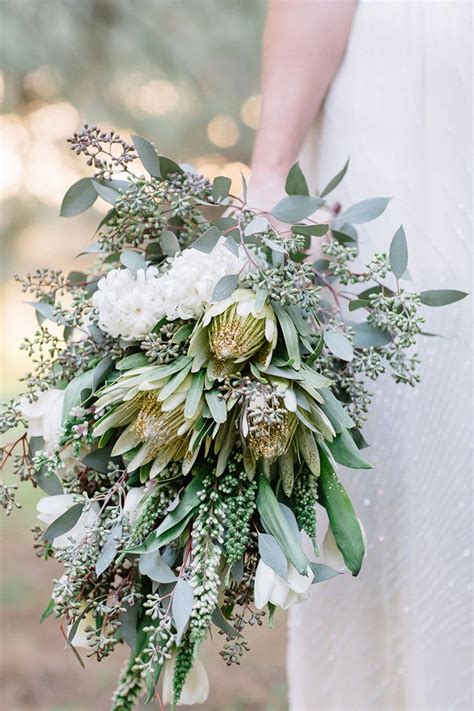 beautiful wedding bouquets     hold gold