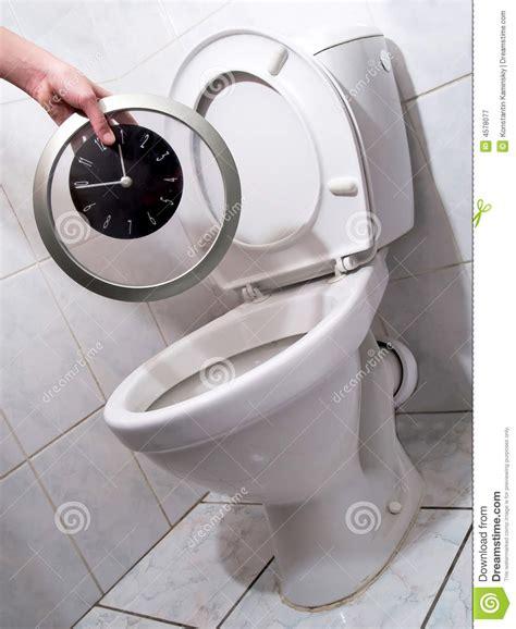 horloge dans la toilette photographie stock libre de droits image 4578077