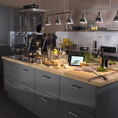 cuisine chaleureuse cuisine chaleureuse grise et plan de travail bois j 39 aime