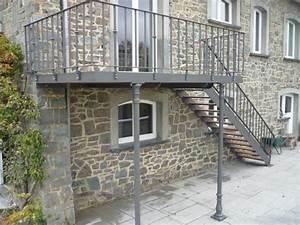 Terrasse Metallique Suspendue : terrasse suspendue acier terrasse pilotis en 2019 hochterrasse treppe et balkon ~ Dallasstarsshop.com Idées de Décoration
