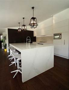 Pendant lighting island bench : Modern kitchen with large island bench in calacatta